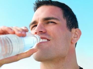 ¿Beber agua en ayunas elimina las grasas que nos sobran?