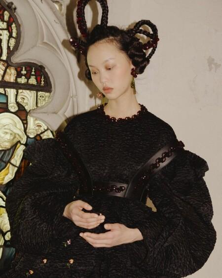 El desfile de Simone Rocha que convencería a la mismísima Miércoles Addams de incluir cuero y vestidos de tul en su armario