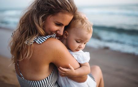 Madre Bebe Abrazo Playa