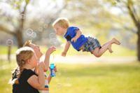 Un padre publica preciosas fotos de su hijo volando para concienciar sobre el síndrome de Down