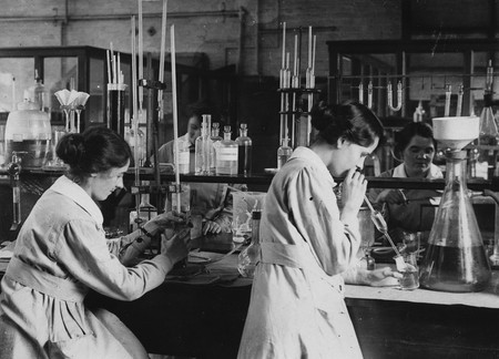 Trabajadoras En Un Laboratorio