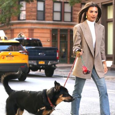 Emily Ratajkowski enamora con su último estilismo perfecto para el día a día y nos enseña cómo combinar los nuevos botines de Zara