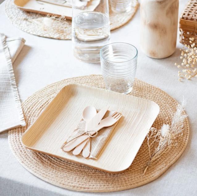 Set de picnic con platos y cubiertos de bambú y servilletas