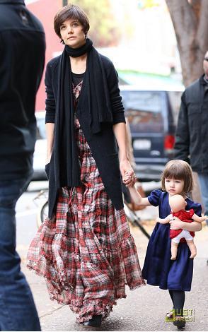 Katie Holmes se atreve con el vestido tartán de D&G
