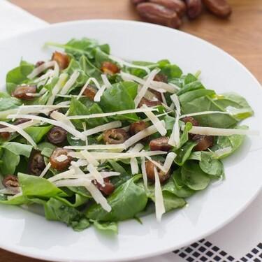 Ensalada de espinacas con dátiles, receta con solo tres ingredientes