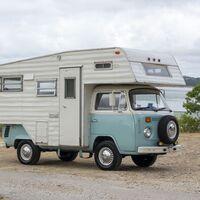 Esta furgoneta camper Volkswagen T2 de 1974 es una rara avis bien equipada y en busca de dueño