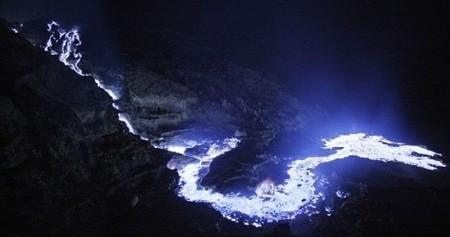 [Vídeo] El volcán que escupe lava azul