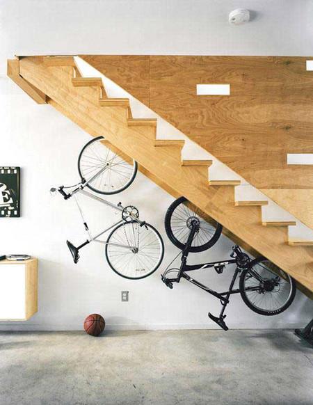 Bicicletas colgadas bajo la escalera