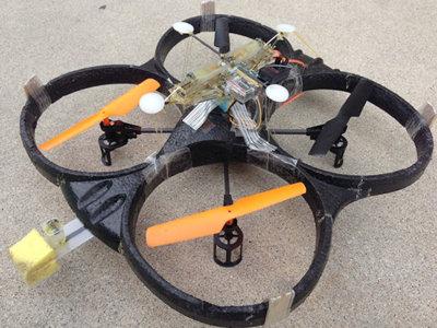 Este dron es capaz de aterrizar en una pared, y en el techo