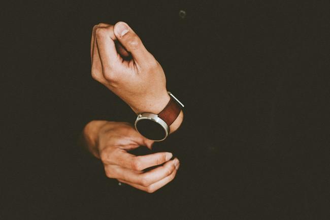 Cuatro marcas de relojería buenas, bonitas y baratas para sumar un detalle elegante a tu look