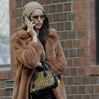 Este es el abrigo de peluche de Mango que ha conquistado a Irina Shayk: ¡aún está a la venta!