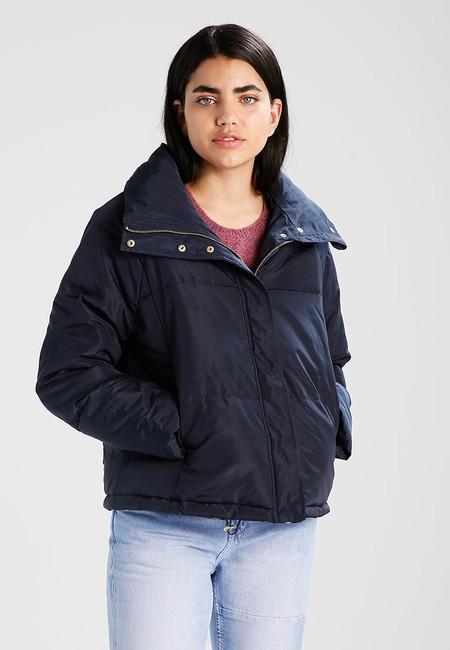 Por 14,95 euros en Zalando podemos hacernos con la  chaqueta de Vero Moda Vmidiva Short. Envío gratis