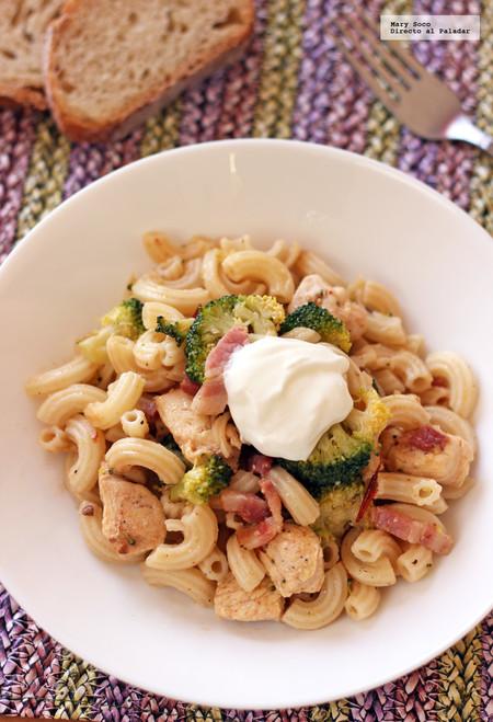 Coditos con pollo, brócoli y tocino al chipotle. Receta