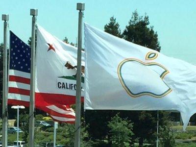 Apple resucita la campaña 'Pride' poniendo la bandera con su símbolo en el Campus de Infinite Loop