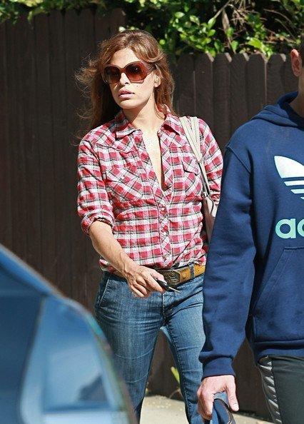 Las camisas de cuadros ya no están (tan) de moda: Eva Mendes