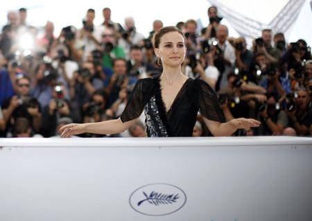 Natalie Portman arriesga con un LBD en el photocall de su primera película como directora en Cannes