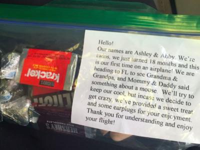 La genial nota que unos padres de gemelas dieron en el avión a los pasajeros que viajaban con ellos