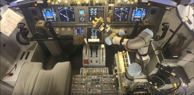¿Subirías en un avión copilotado por un brazo robótico? Éste ya sabe manejar un Boeing 737 (en simulador)
