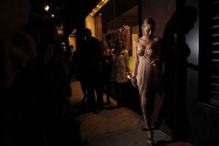 Blake Lively vuelve a lucir espectacular de dorado gracias a Versace