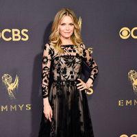 Por Michelle Pfeiffer no pasan los años. Así de guapa ha posado en los Premios Emmy 2017