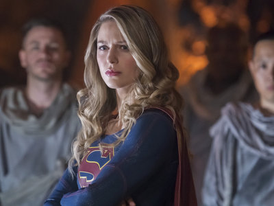 'Supergirl' sigue volando alto en su tercera temporada con diversión superheroica sencilla y honesta