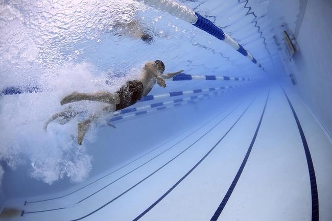 Lo que pone tus ojos rojos en la piscina no es el cloro, sino la orina