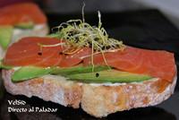 Tosta de salmón y aguacate con crema de mascarpone y cilantro