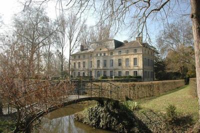 Catherine Deneuve vende su chateau situado a las afueras de París