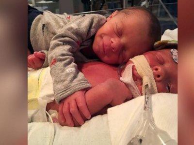 El emotivo abrazo de apoyo entre unos gemelos a los once días de nacer
