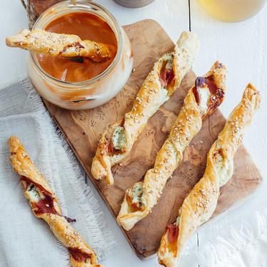 Palillos de hojaldre con jamón y queso. Receta para la botana
