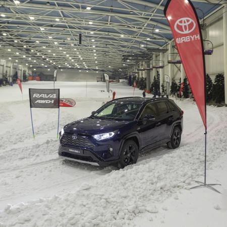 Toyota Rav4 Hybrid AWD-i en la nieve