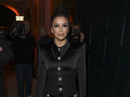 Este vestido negro con hombrera de Balmain que ha lucido Eva Longoria es uno de los más elegantes de la firma en sus últimos años