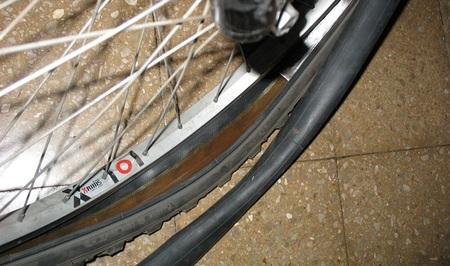 ¿Cómo reparar un pinchazo en la bici si no disponemos de parches?