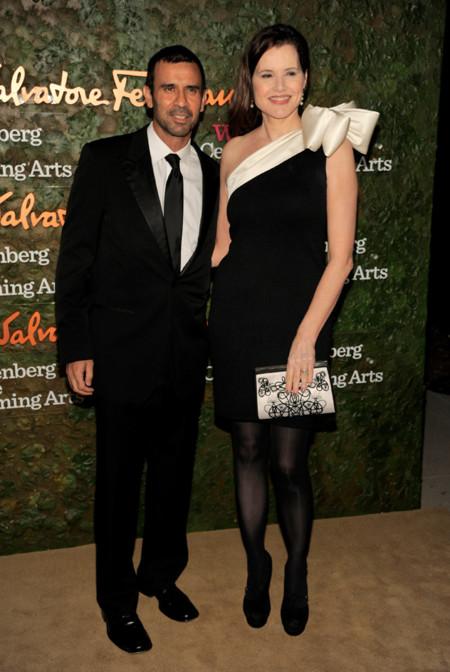 Geena Davis vestido bicolor con lazada en la Gala inaugural del Centro de Artes escénicas Willis Anneberg