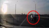 Hay gente con mucha suerte (CIV): motorista ejecuta una acrobacia irrepetible al chocar