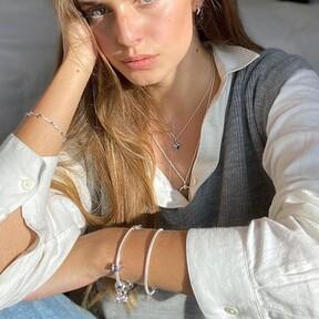 La sencillez siempre funciona: siete pulseras de plata súper elegantes y minimalistas que resaltan el bronceado