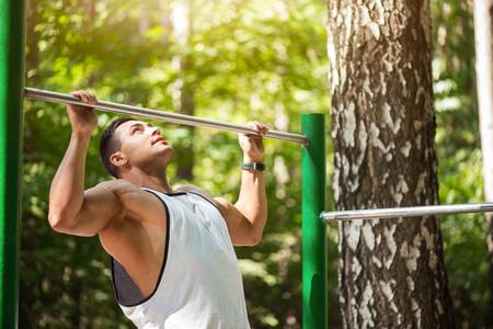 El recorrido de las dominadas, paso a paso: cómo hacerlas bien para trabajar tu espalda