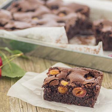 Receta de brownie de cerezas, irresistible combinación de chocolate y fruta