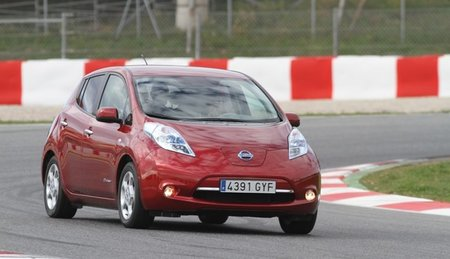 Nissan LEAF de color rojo metalizado