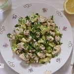 Pollo a las hierbas con tallo de brócoli salteado. Receta saludable