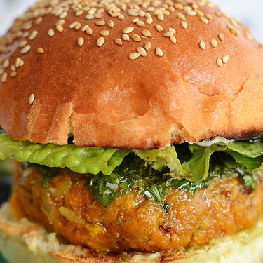Hamburguesa de camote, tofu y curry. Receta vegetariana