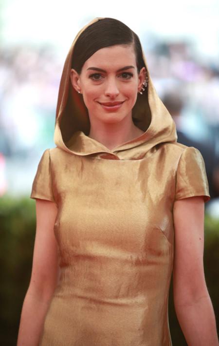 Anne Hathaway buscaba brillar con luz propia, pero patina en la Gala del Met 2015