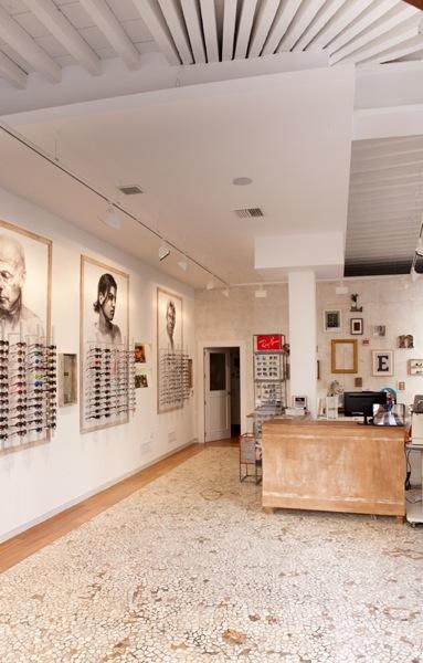 Espacios para trabajar: una óptica eco friendly en Málaga que mezcla la moda con el arte