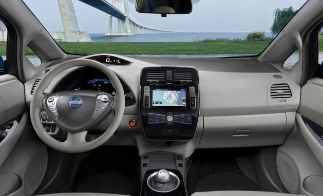 Nissan-LEAF-interior-1