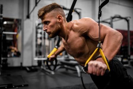 Cinco ejercicios para conseguir unos brazos fuertes con el TRX entrenando en cualquier sitio