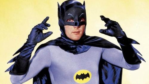 Ben Affleck, Val Kilmer y otros famosos se despiden de Adam West: nosotros le recordamos con 19 gifs geniales de su Batman