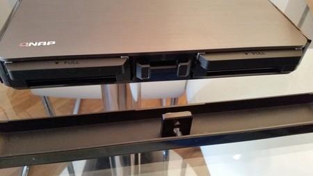 Retirada sencilla del panel frontal para acceder a los discos duros