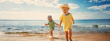 Ya está aquí el verano: qué llevar a la playa cuando vas con bebés y niños pequeños