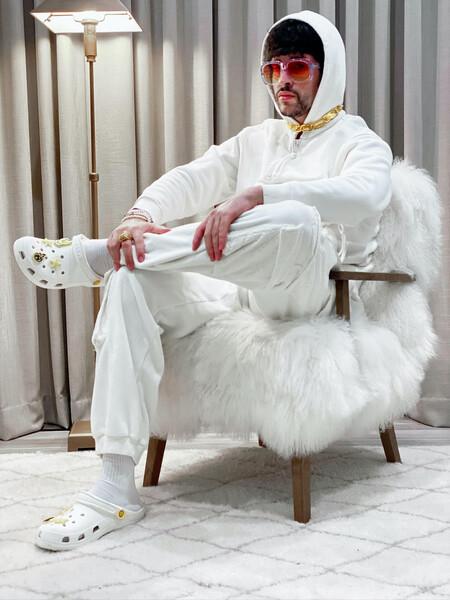 Bad Bunny no solo canta (reggaeton), ahora también diseña zapatos Crocs