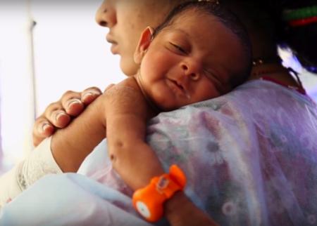 Un brazalete controla la temperatura de los bebés prematuros y puede salvar sus vidas